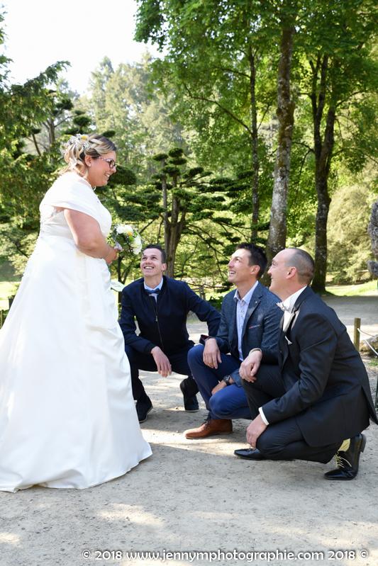 la mariée avec les hommes à ses pieds à genoux