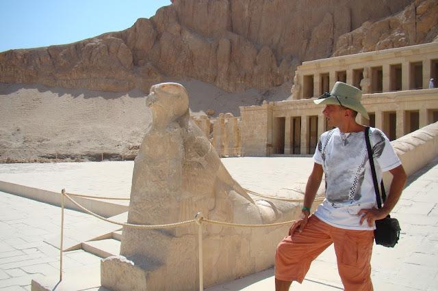 dolina królów, posąg Horusa