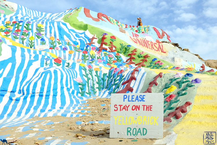 Le Chameau Bleu -YellowBrick Road a  Salvation Mountain en Californie du Sud USA