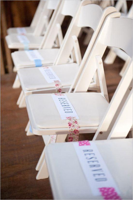 Una forma original de decorar los asientos de vuestra ceremonia de boda y además indicar las filas reservadas
