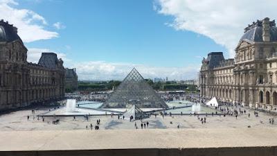 Louvre müzesinin içinden çekilmiş louvre bahçesi ve louvre giriş kapısı