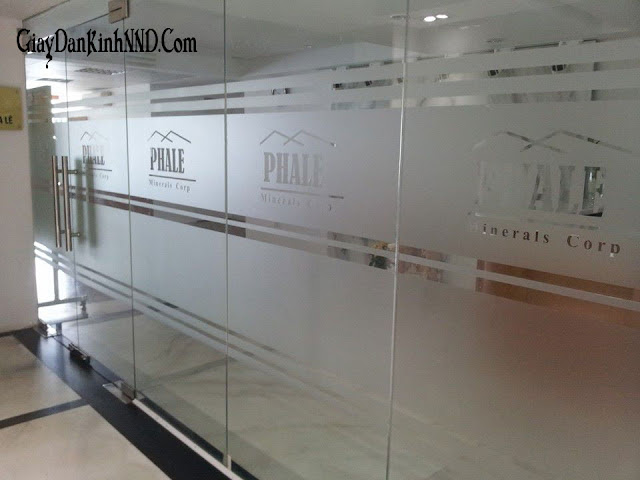 Cắt cnc thương hiệu công ty kết hợp với dán mờ kẻ chỉ cho vách kính văn phòng