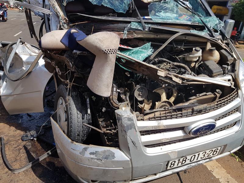 Dùng xà beng, giải cứu 2 phụ nữ bị mắc kẹt trong xe khách