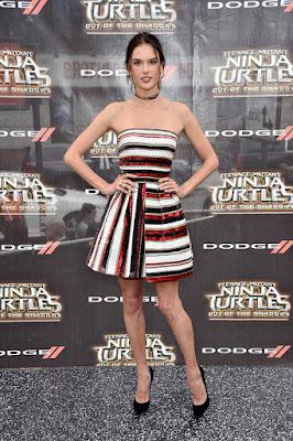 Alessandra Ambrosio w pasiastej sukience z cekinów
