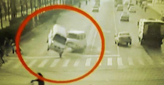 """Bizarro acidente com carros """"flutuando"""" na China - Detalhe 3"""