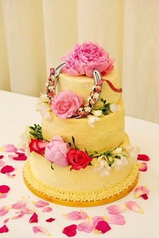 wedding cake decorated with rose petals the confetti decorating with petals ideas and 22365
