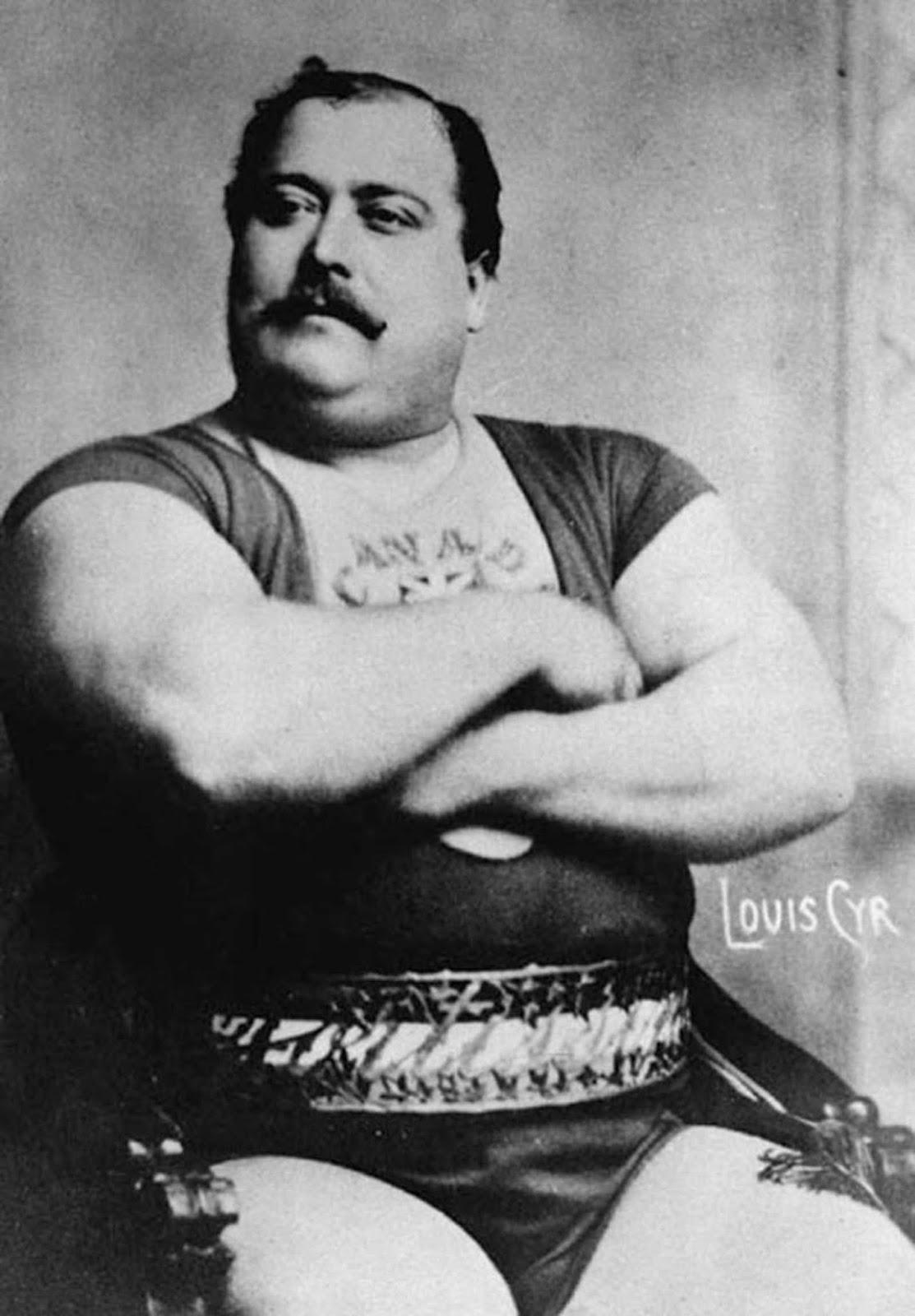 Louis Cyr, alrededor de 1900. Sus hazañas registradas incluyen: levantar 500 libras (227 kg) con un dedo y hacer un retroceso de 4,337 libras (1,967 kg).