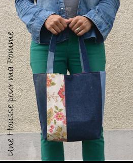 Sac à main Cabas en jeans recyclés (portés, chinés, transformés) montés façon patchwork horizontalement et verticalement suivant le coté du sac, sac semi-rigide, surpiqures roses , tissu fleuri vintage chiné en brocante en extérieur et par petites touches, poche en jeans utilisable intérieure, intérieur coton rose fuchsia, anses en jeans, se ferme à l'aide d'un aimant.  Dimensions : 32 x 26 x 15 cm, anse : 60 cm.