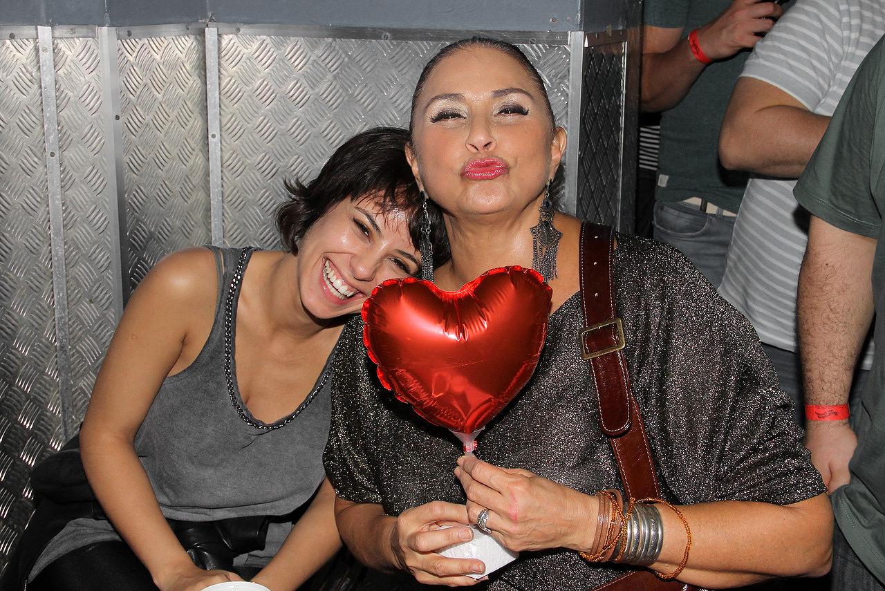 Andreia Horta A Cura fafá de belém comemora aniversário em boate gay - em neon