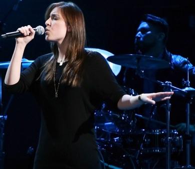 Foto de Mariana Vega cantando en el escenario