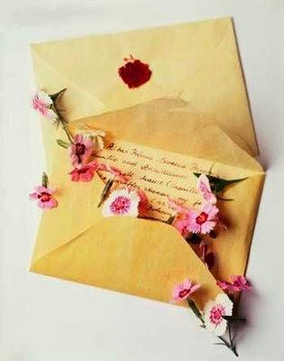 Ruth miró en su buzón del correo, pero sólo había una carta.   La tomó y la miró antes de abrirla, pero luego la miró con más cuidado.  No había sello ni marcas del correo, solamente su nombre y dirección.  Leyó la carta: