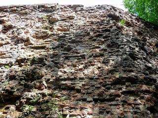 Тараканов. Форт. Стены казармы в аварийном состоянии