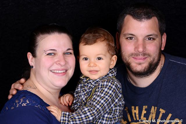 portrait famille en studio sur fond noir photo papa maman et enfant