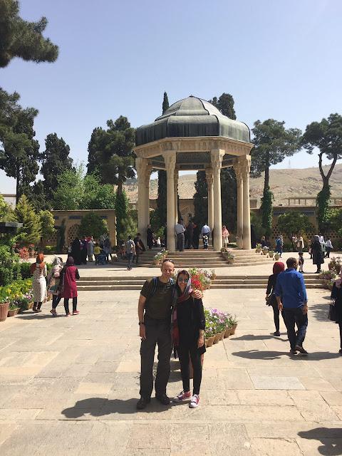 Turistas en el mausoleo de Hafiz