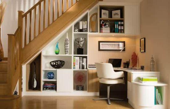 Penggunaan ruang bawah tangga untuk lemari hias dan meja belajar