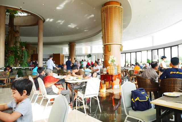 suasana sarapan di Pesona Alam Resort & Spa