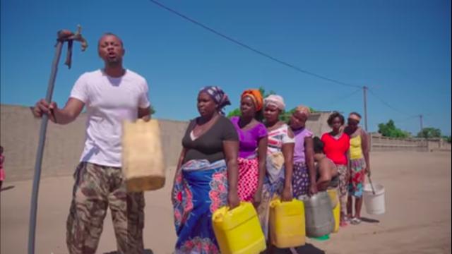 """Soldados da paz - o moçambicano Azagaia lança clipe sobre a privatização da """"distribuição"""" de água no pais."""