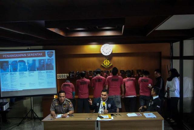 Pelaku penyebaran isu provokatif dan ujaran kebencian yang terorganisir dengan nama The Family Muslim Cyber Army saat rilis di Bareskrim Polri, Jakarta