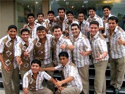 Foto de integrantes de Armonía 10 sonriendo