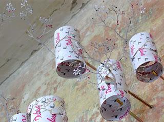 adorno hecho con tubos de cartón reciclado