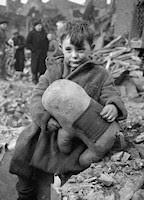 Niño con su peluche durante la guerra. Londres, 1940.