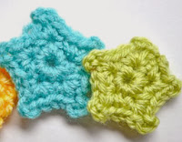 http://mymerrymessylife.com/2013/06/crochet-mini-star-applique-free-pattern.html