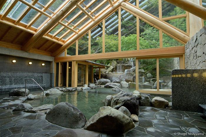 vue sur le rotenburo et la cascade salle de bain goshono-yu