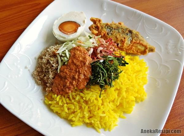 nasi kerabu kuning tumis kelantan dengan telur masin dan ikan celup tepung
