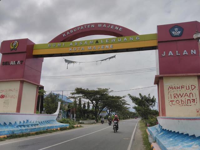 vandalisme gerbang timur kota majene