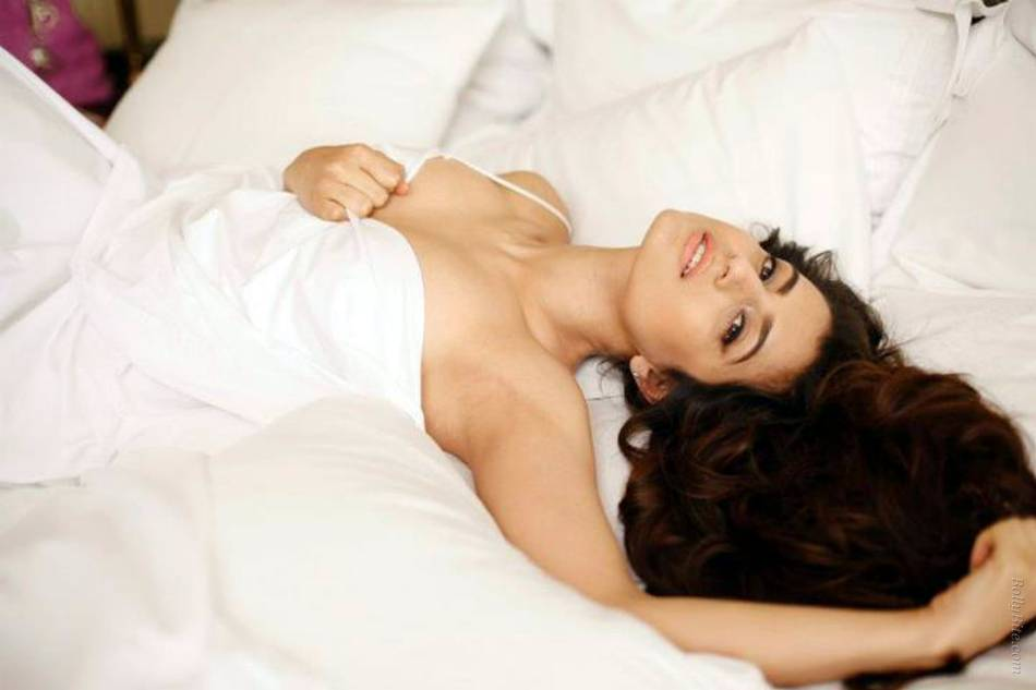 Amisha Patel Sexy Picture In Bed Sheet Bra Visible Hq -6174
