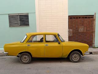 Kuba, Camagüey, klappriger gelber Moskvich.