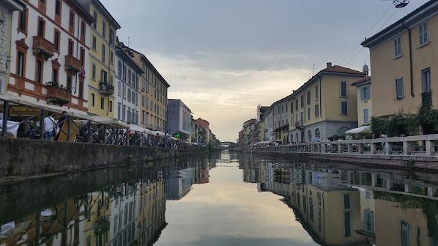 Canal Naviglio Grande em Milão na Itália