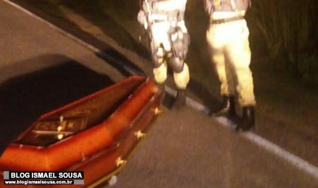 Caixão cai de carro funerário no interior do RN e motorista segue rumo sem perceber incidente