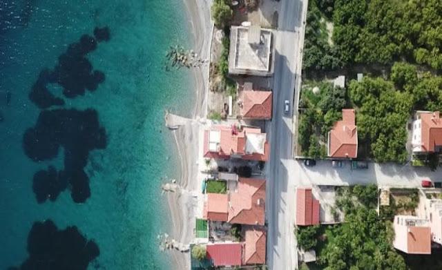 Το χωριό της Κορινθίας που κάθε σπίτι έχει τη δική του παραλία (video)
