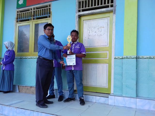 SMK Bustanul Ulum - pemberian penghargaan kepada siswa-siswi yang memenangkan Lomba Kreatifitas Siswa (LKS) antar kelas yang sudah dilaksanakan beberapa hari yang lalu.