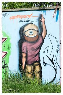 sapkás alak falra firkál graffiti Szegeden a körtöltésen