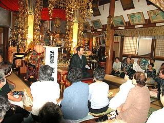 三遊亭楽春が寺院で落語を披露しました。