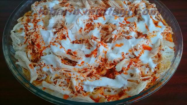 """Siron tarifi Yoğurtlu siron  yemeği nasıl yapılır  Siron yemeğini ilk olarak çok sevdiğim elazığ'lı bir arkadaşım da yemiştim ve çok beğenmiştim. Karadeniz yöresine ait bir yemek çeşidi olan siron yemeği. Elazığ'da sırın denilen bu yemeğe diğer yörelerde ziron ve silor benzeri isimlerle anılırmış. Arkadaşımdan tarifi alırken bana """"sironun yufkası ( sırım yufkası )  farklı olur bizde"""" demişti.  Biraz daha konuyu açtığımda öğrendim ki sironun yufkası daha kavruk oluyormuş Ve kadınlar yufkaları yaparken sarıp kuruturlarmış. Sarılı bir şekilde kurutulduğu içinde  sadece tepsiye dizmek kalıyor. Tabii biz siron yufkasını her yerde bulamadığımız için hazırını kullanacağız. İsteyen yufkacılara yaptırtabilir ama tadında fazla bir farklılık olmadığı için böreklik yufka ile de güzel oluyor. Siron yufkası olmasa da hazır yufka da aynı işi görür vaziyette. Kesinlikle tavsiye ederim yiyen herkes çok beğendi tarifini almayan kalmadı. Umarım sizde beğenirsiniz sevgiler."""
