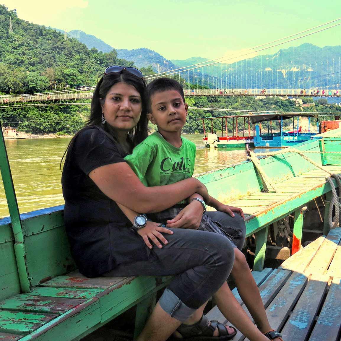 ऋषिकेश में गंगा नदी में नौका विहार करते हुए बेटे विराज के साथ