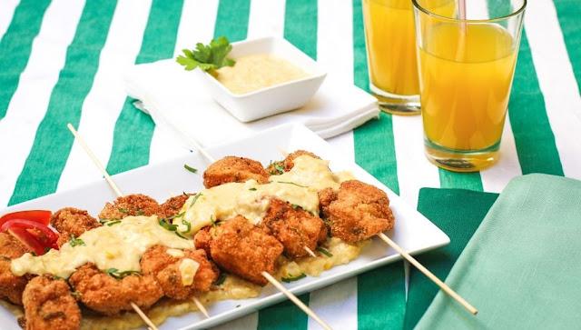 Pinchos de pollo con crema de choclo