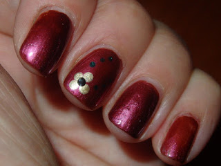 Manicura roja con flor