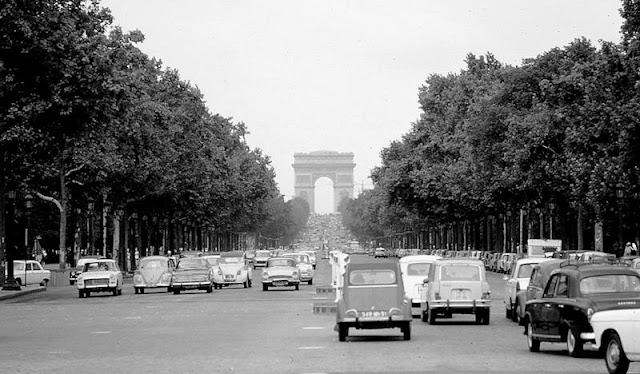 Paris, años 60. Los Campos Elíseos, al fondo el Arco del Triunfo.