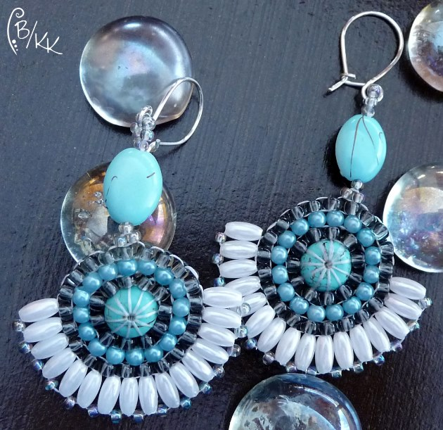 kolczyki brick stitch wachlarze z howlitem | brick stitch fan earrings with howlite
