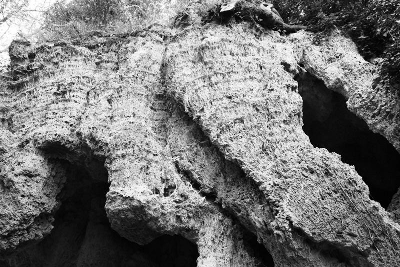 Grotta lungo il sentiero della Cascata delle Marmore
