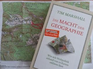 das Bild zeigt das Buch auf einer Karte liegend
