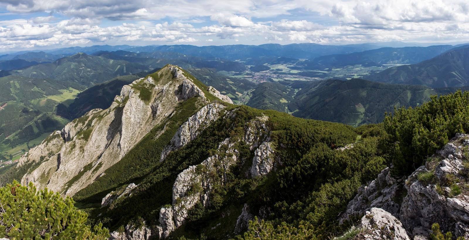 Zweitätige Rundwanderung von der Hirnalm über den Grete Klinger Steig zum Reichenstein und über Krumpenhals und Krumpensee wieder zurück zur Hirnalm - Blick ins Vordernberger Tal