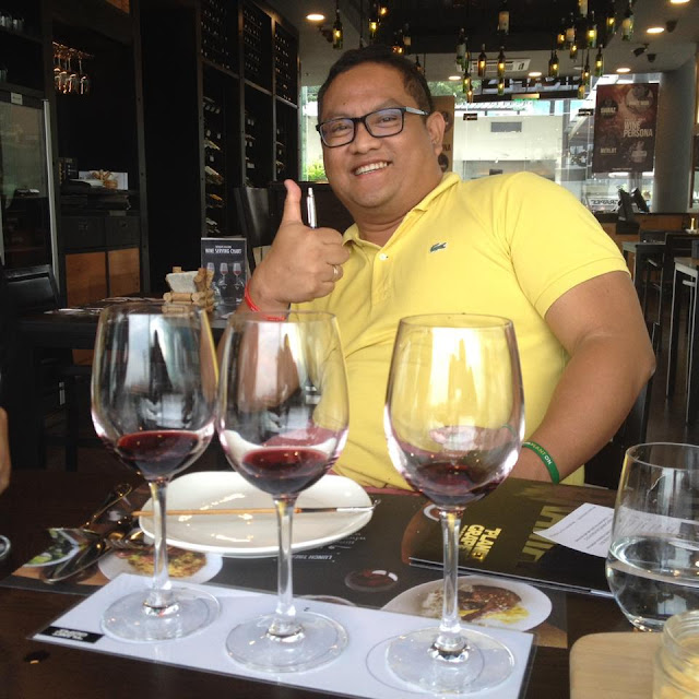 Kalami Cebu blogger Carlo Andrew Olano doing the Flight Fest at Planet Grapes