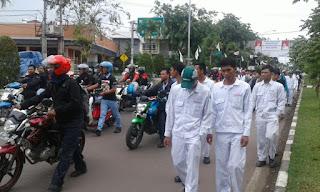 Nyatakan Sikap !! Ribuan Buruh Dorong Motor di Karawang