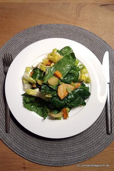 Salat mit Babyspinat, gebackenen Kartoffeln und Feta