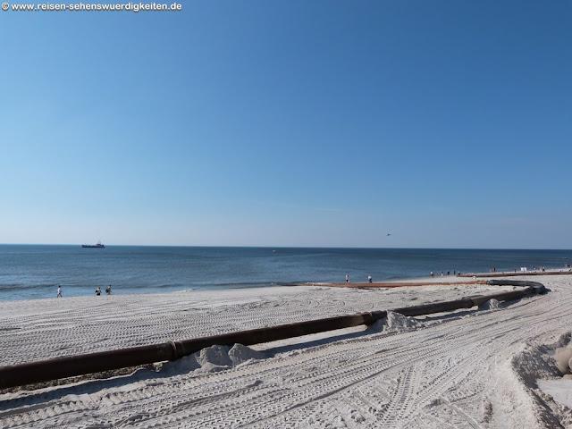 Rohrleitung für die Sandaufspülung am Strand von Westerland